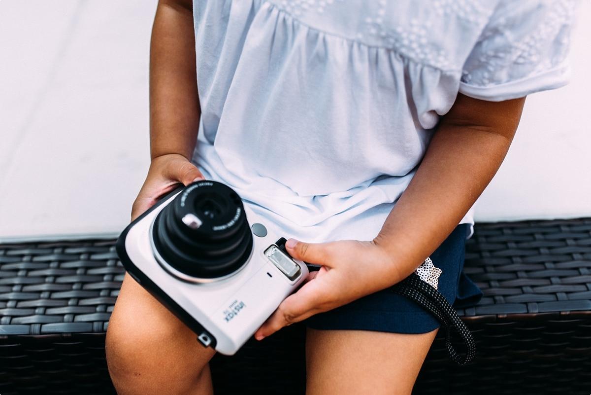 PÜolaroid Kamera in den Händen eines Mädchens