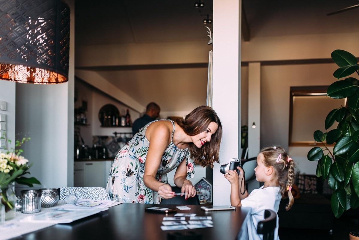 kleine Tochter mit Mama und Polaroid