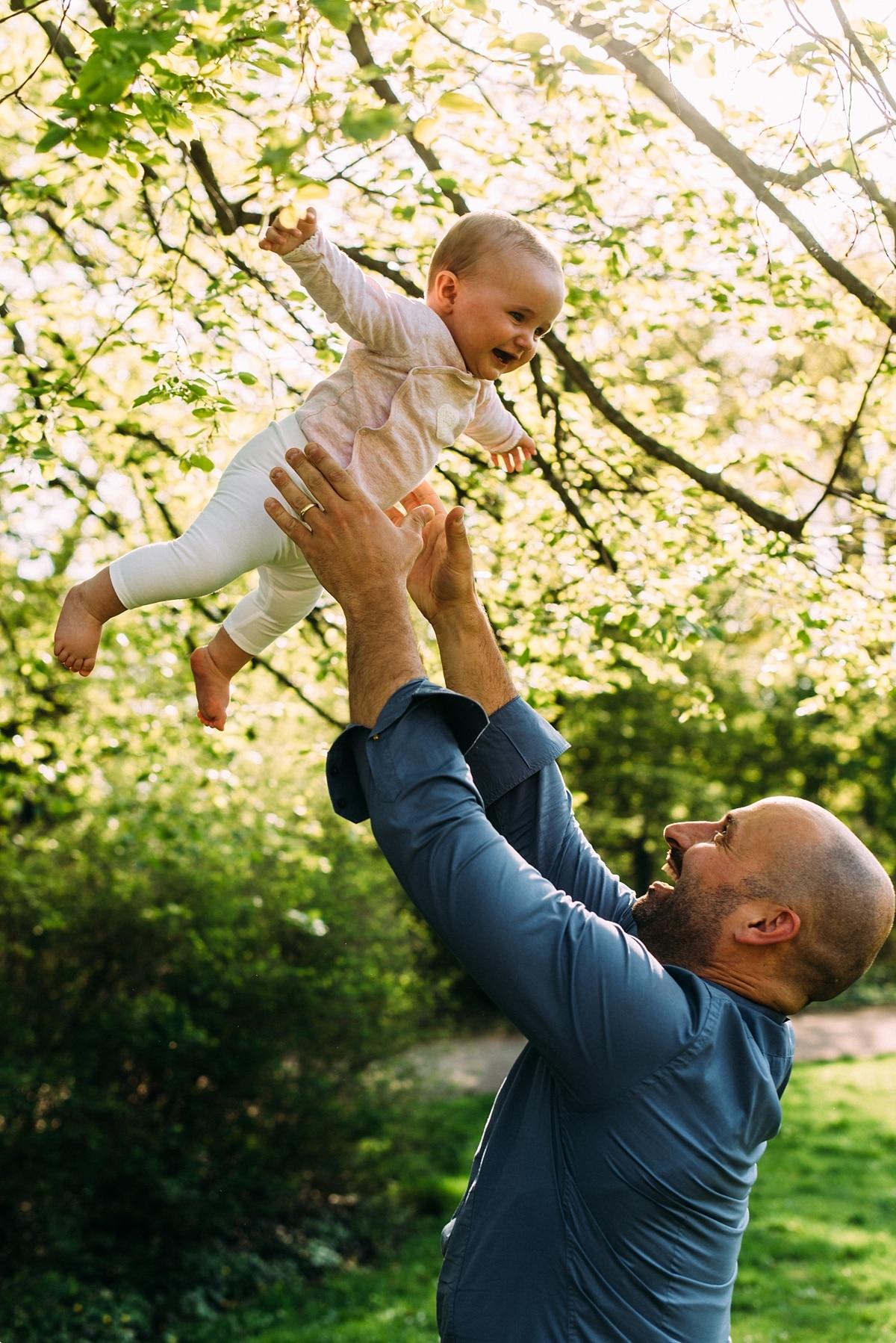 Papa hat Spaß mit Baby in der natur