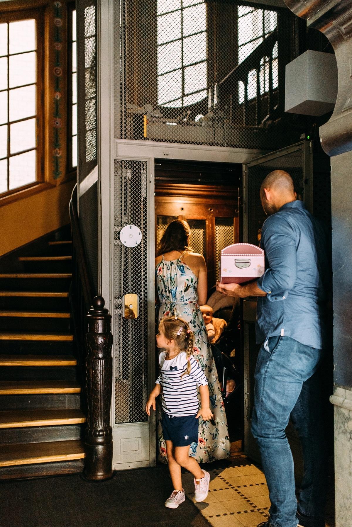 Junge Familie im Treppenhaus steigen aus dem Fahrstuhl