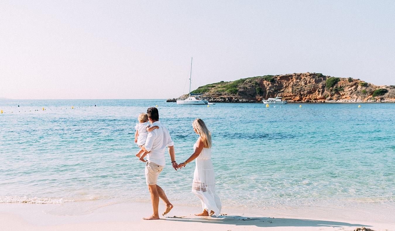 Junge Familie spaziert am Strand von Mallorca