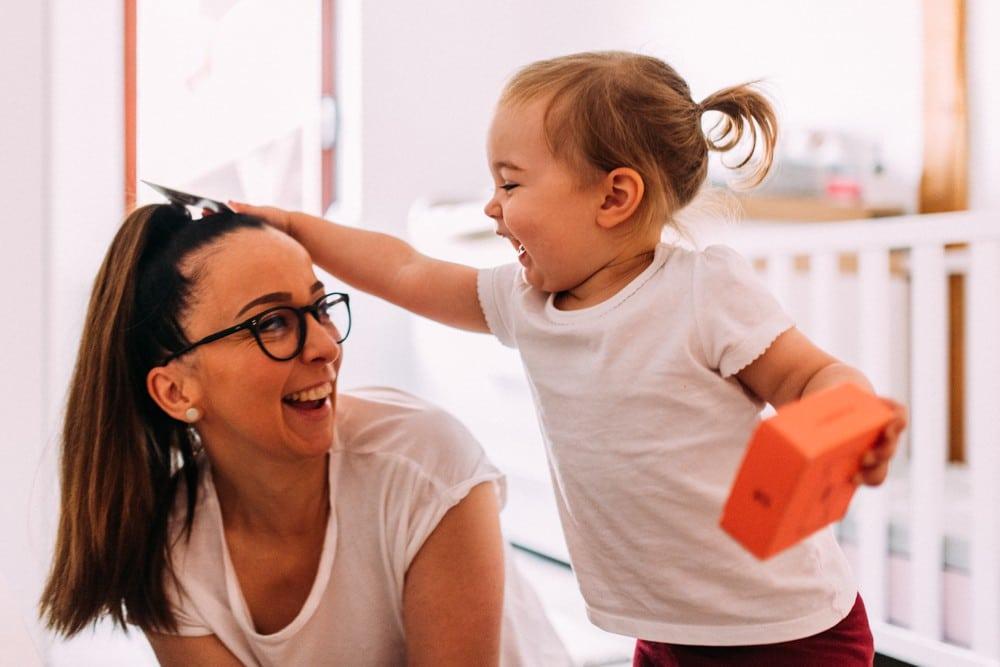 Tochter spielt mit Mama in ihrem Kinderzimmer
