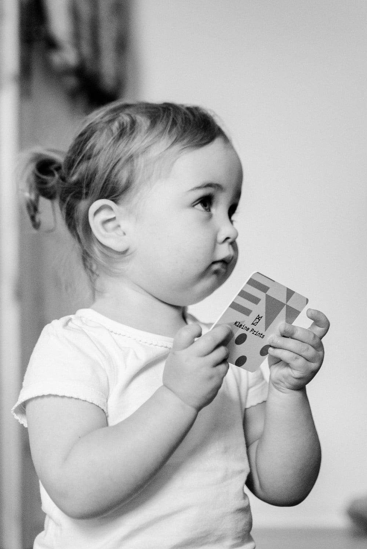 kleine niedliche Tochter schaut Mama mit großen Augen an
