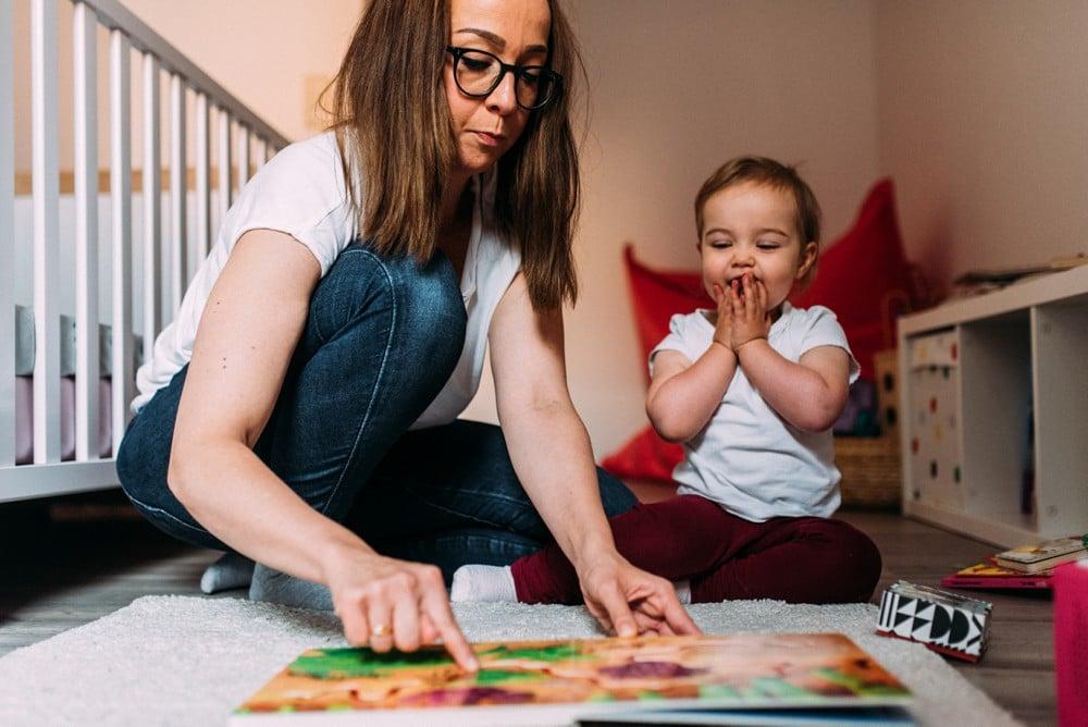 Mama und Tochter spielen gemeinsam im Kinderzimmer