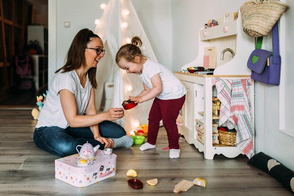 Mutter spielt mit Tochter kochen
