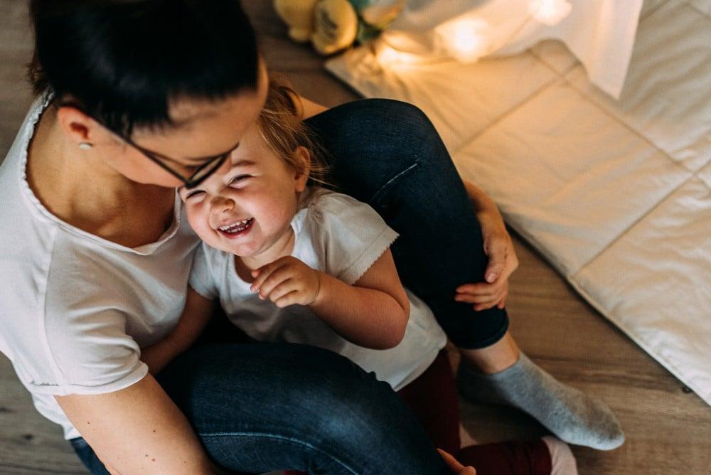 Tochter lacht herzlich mit ihrer Mama