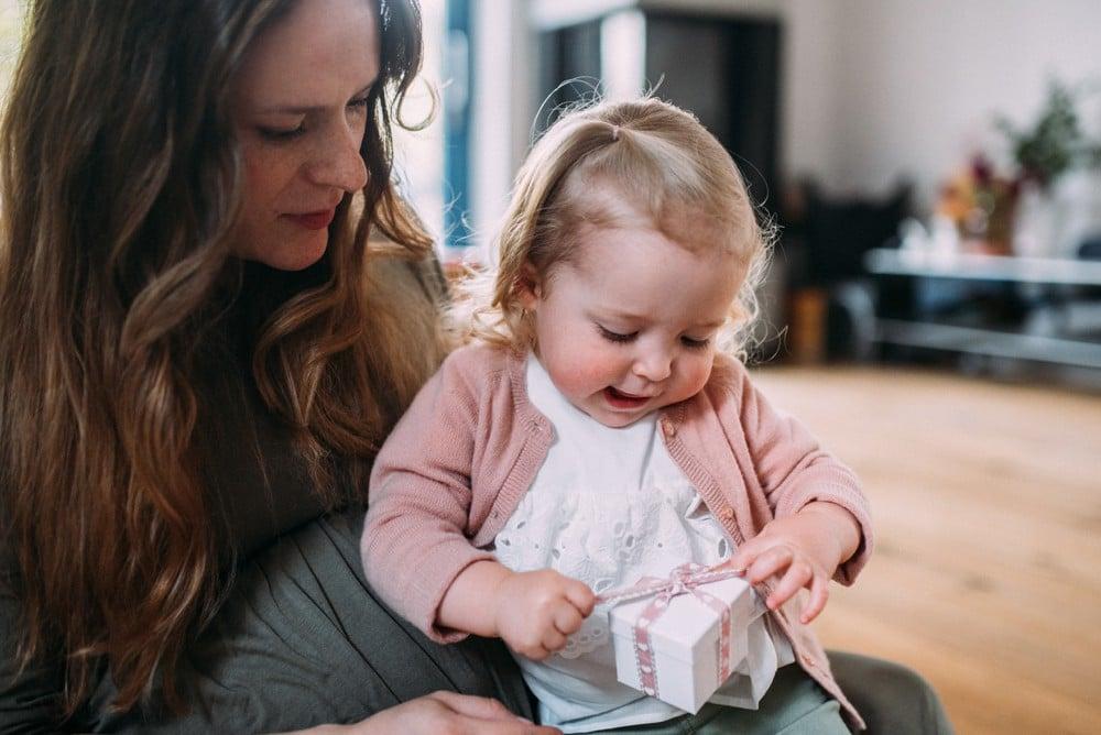 Glückliche Eltern spielen mit ihrem Kind (23)