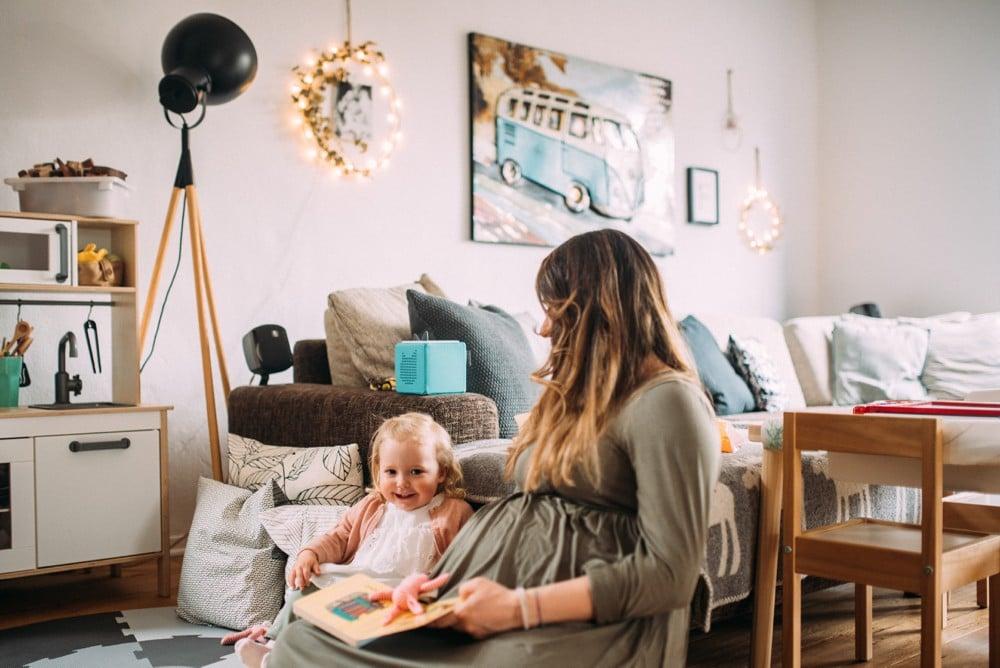 Glückliche Eltern spielen mit ihrem Kind (22)