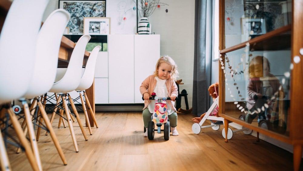 Glückliche Eltern spielen mit ihrem Kind (18)
