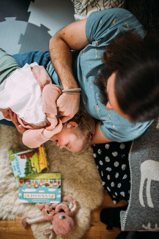 Glückliche Eltern spielen mit ihrem Kind (11)