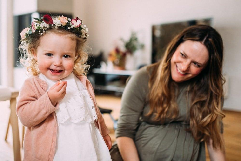 Glückliche Eltern spielen mit ihrem Kind (8)