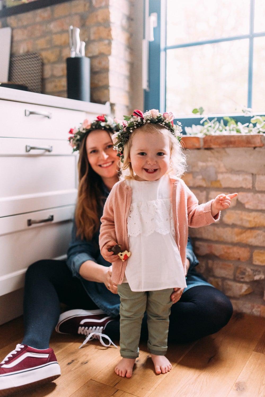 Glückliche Eltern spielen mit ihrem Kind (4)