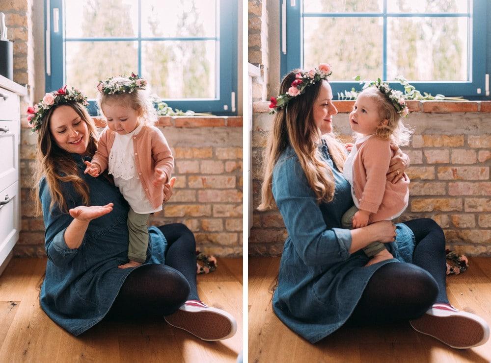 Glückliche Eltern spielen mit ihrem Kind (3)