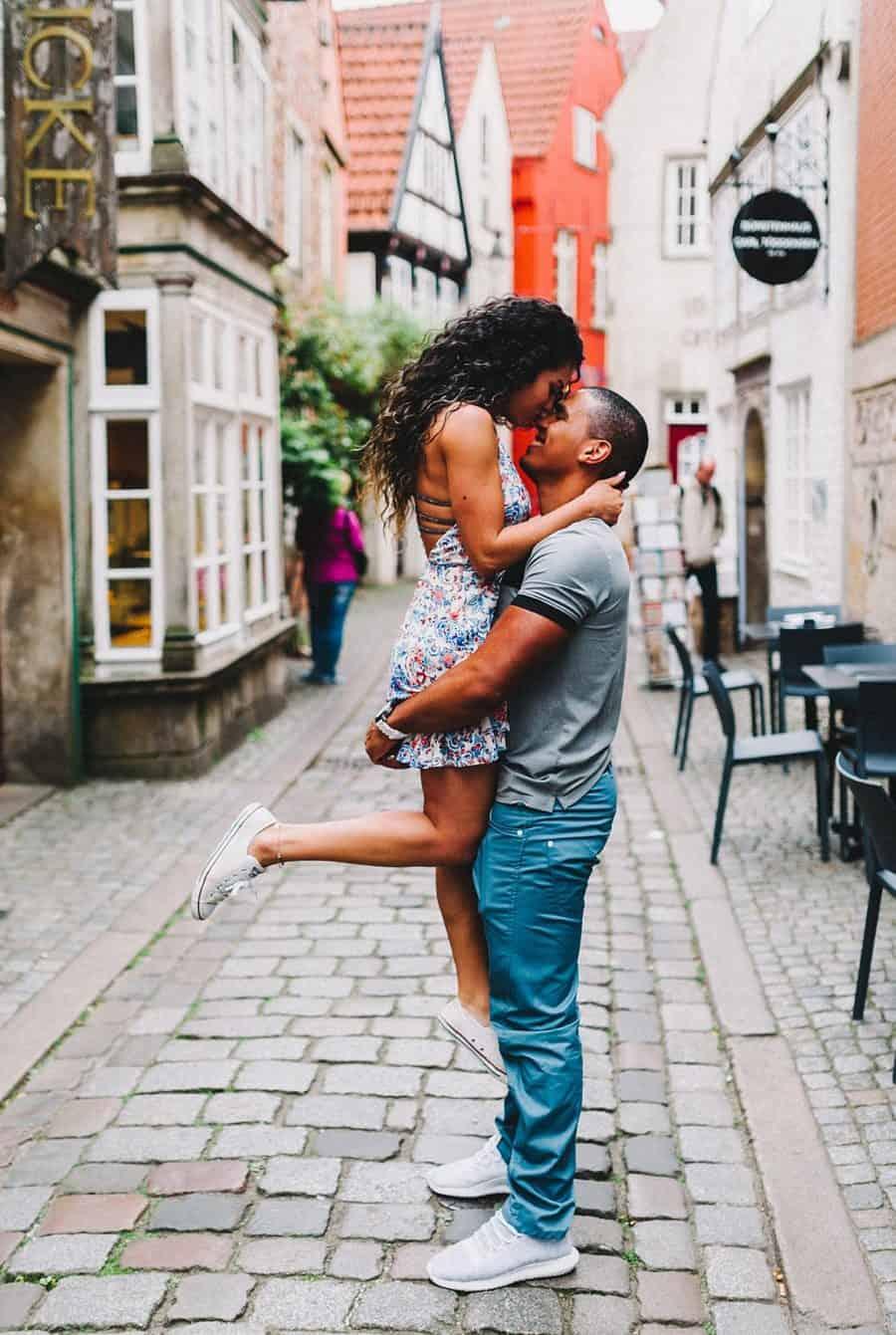 verliebtes Paar beim Spaziergang in der Altstadt von Bremen