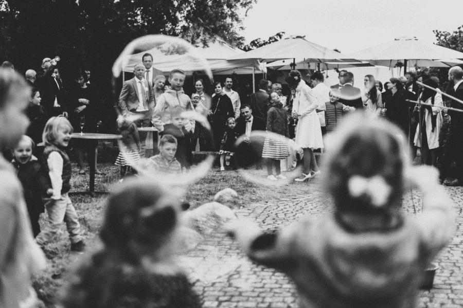 Seifenblasen mit Kindern auf einer Hochzeit in Schwarz weiß