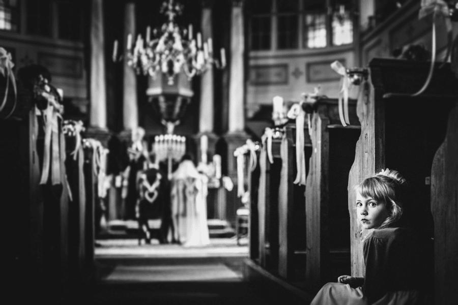 Kind langweilt sich während der Trauung in der Kirche