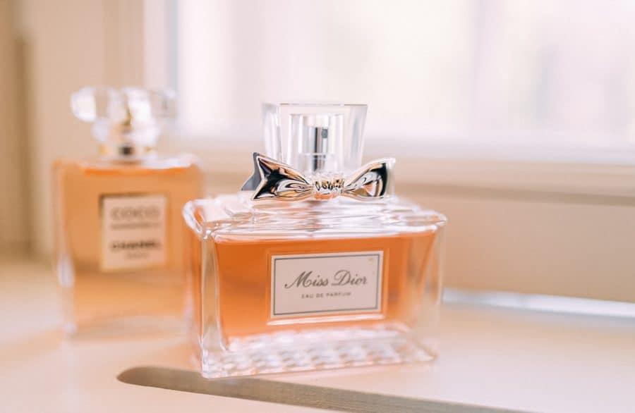 Parfüm der Braut in Nahaufnahme am Hochzeitstag