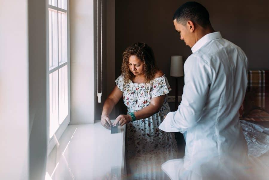 Bräutigam mit der Mama bei der Vorbereitung