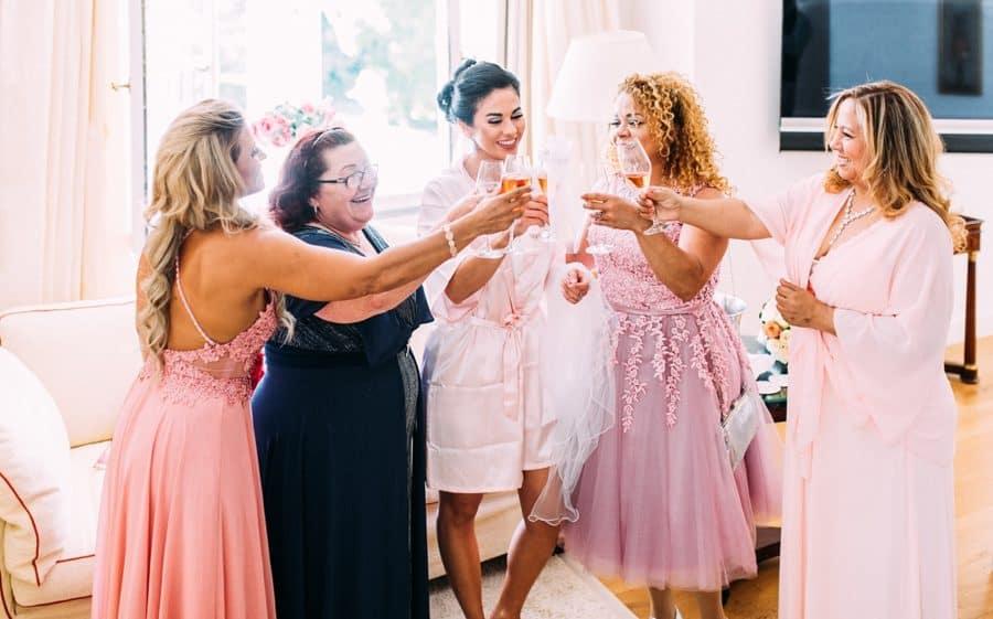 Braut mit Müttern und Oma im Hotelzimmer vor der Trauung in Rosafarbenen Kleidern