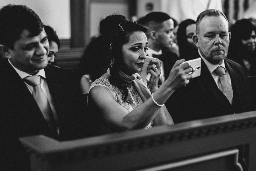 Freundin der Braut filmt die Trauung mit ihrem Handy und weint dabei