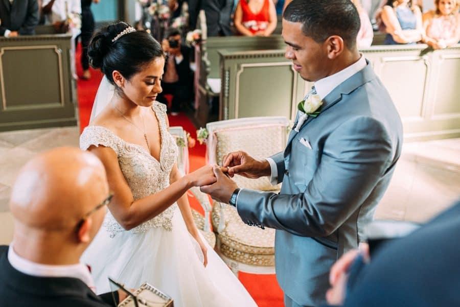 Bräutigam steckt seiner Frau während der Trauung den Ehering an