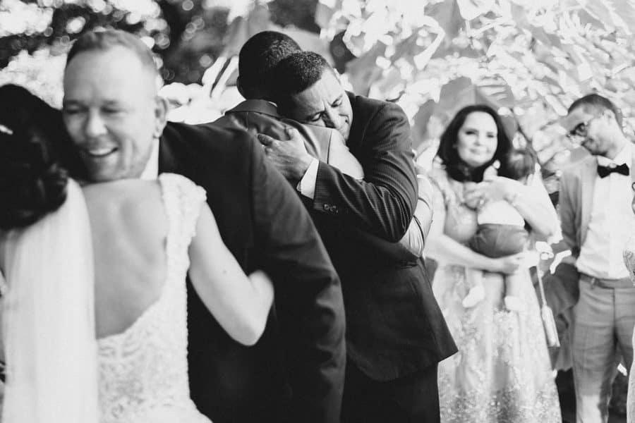 Onkel umarmt den Bräutigam voller Liebe