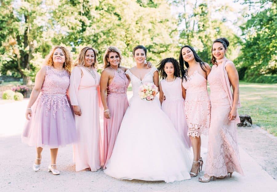 Braut mit ihren Mädels zur Hochzeit