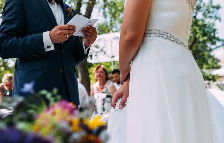 Eheversprechen im Garten bei Freier Trauung