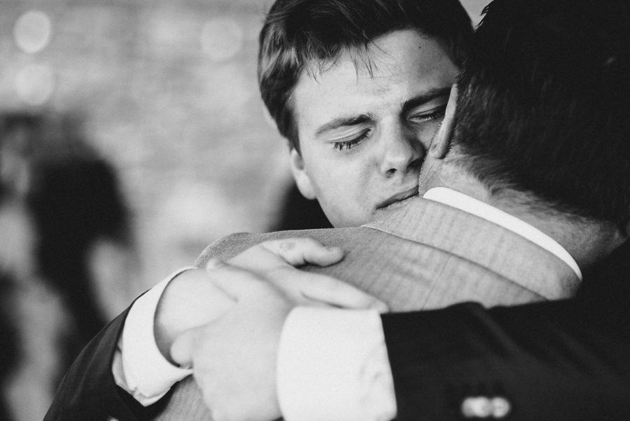 Sohn umarmt den Papa nach der Trauung und weint