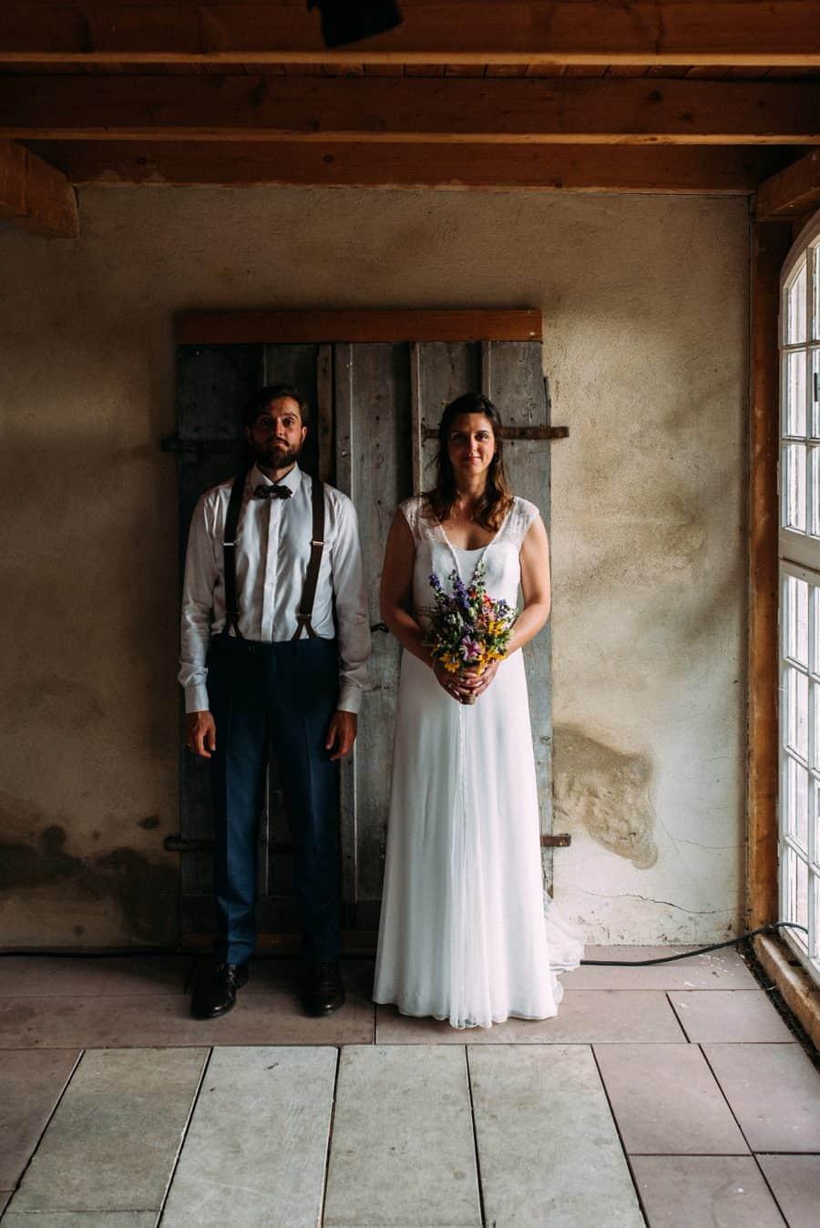 Brautpaar im Porträt in einer Scheune