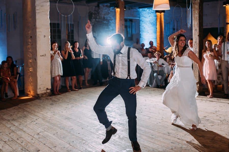 Brautpaar tanzt ausgelassen am Abend