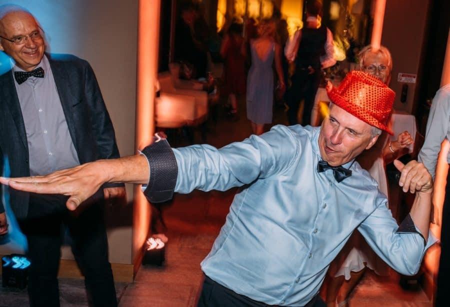Vater der Braut tanzt wie ein Irrer