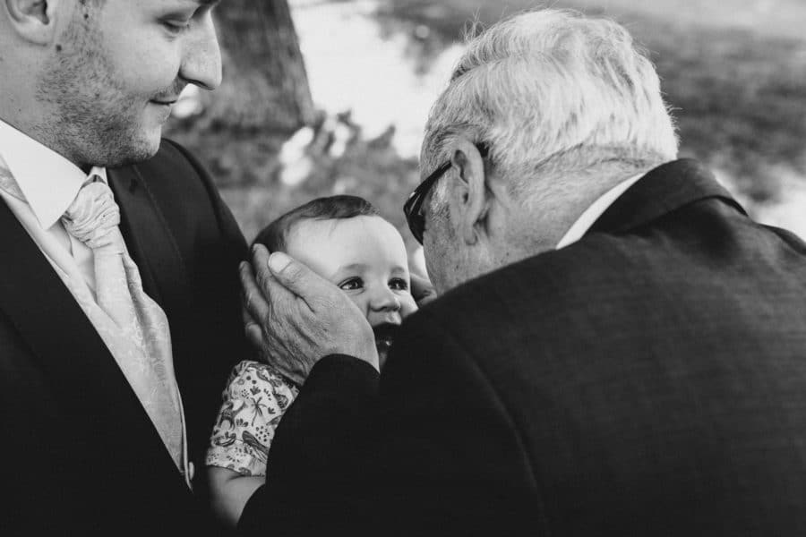 Opa nimmt seinen Enkelsohn und drückt ihn lieb