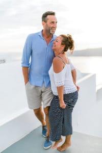 Jana und Thomas lachen gemeinsam auf Santorini